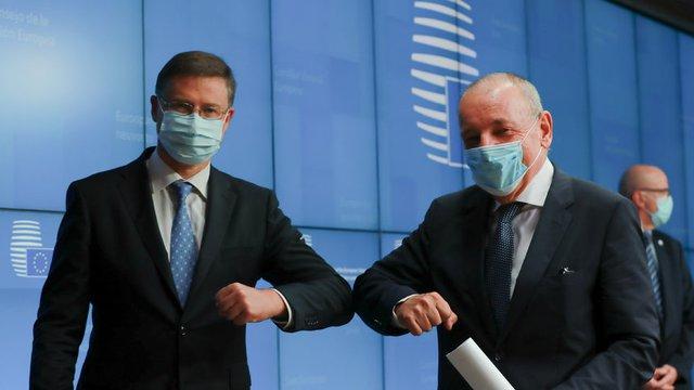 Вицепрезидентът на Европейската комисия Валдис Домбровскис и финансовият министър на Словения, която председателства Съвета на ЕС, Андрей Ширцел се поздравяват, след като първите 12 плана по Механизма за възстановяване и устойчивост бяха одобрени