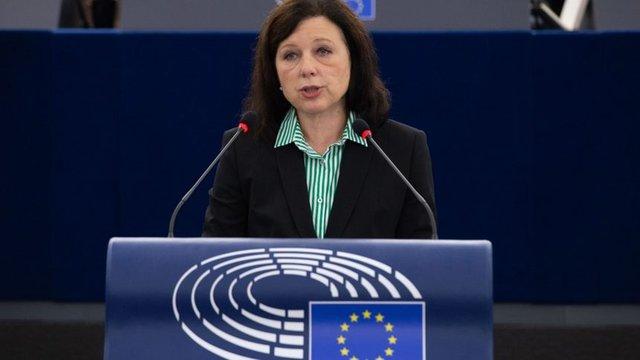 Вера Йоурова каза, че унгарският закон срещу ЛГБТ е метод за преследване на хора, които не могат да се защитят, използван от руския президент Владимир Путин