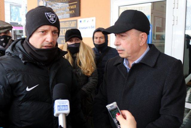 Калин Димитров /вляво/ постави исканията на бранша пред областния управител Стефан Желев