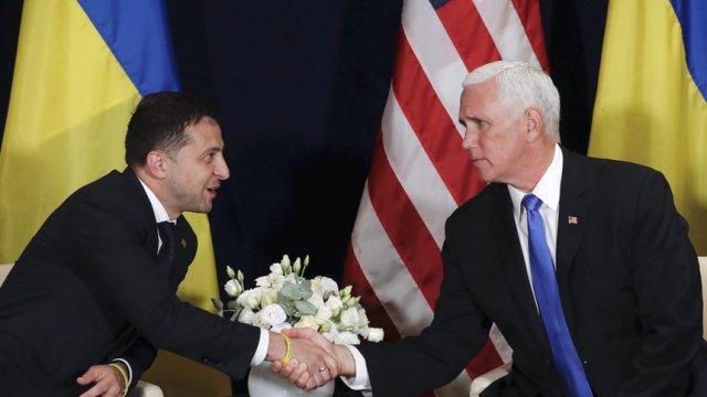 Украинският президент Володимир Зеленски и американският вицепрезидент Майк Пенс.  Associated Press