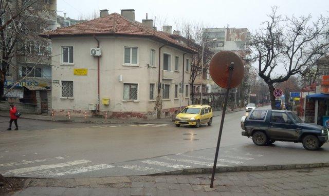 """Кръстовището на улиците """"П. Парчевич"""" и """"В. Априлов"""" ще бъде разширено."""