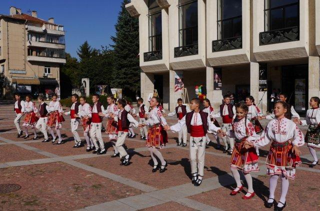 """Децата от """"Веселяче"""" поднесоха свой танц на учители и ученици за началото на учебната година в ОДК."""