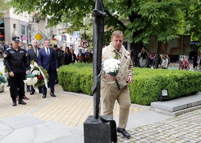 "В Деня на Ботев положиха венци и цветя пред паметника на ""Кристал"""