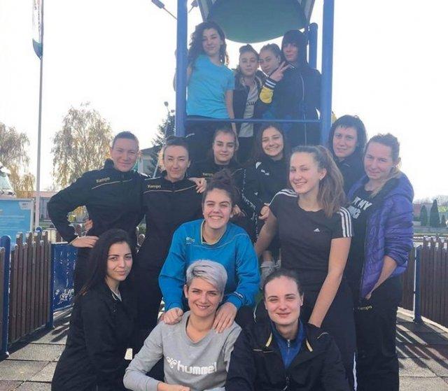 """Момичета от """"Шумен"""" щастливи след трудната победа в Плевен. Снимка: ХК """"Шумен""""."""