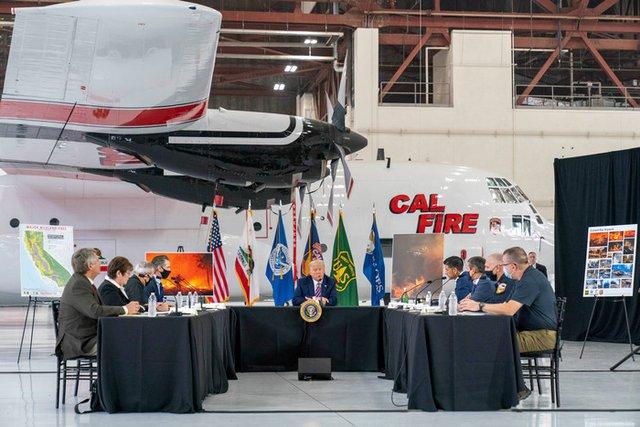 Доналд Тръмп на брифинг за горските пожари с щатски и федерални служители на летище Макклелън в Сакраменто, Калифорния вчера. Снимка АП / БТА