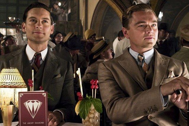 """Тоби Магуайър като младия брокер Ник Карауей (вляво) и Леонардо ди Каприо като милионера Джей Гетсби в кадър от филма """"Великият Гетсби"""" (2013)."""