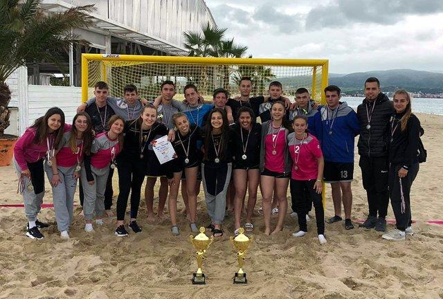 Момичетата и момчетата от Шуменн съ сребърни медали от първенството по плажен хандбал.