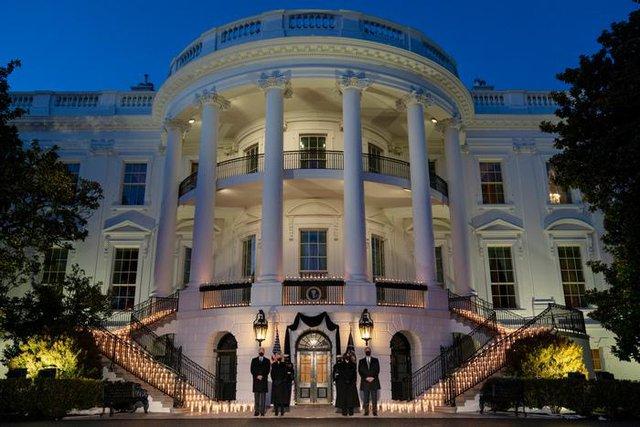Президентската и вицепрезидентската двойка отдават почит на жертвита на COVID-19 пред Белия дом. Снимка АП / БТА