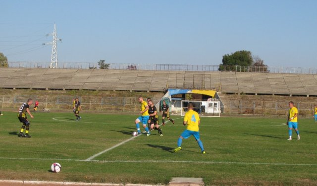 """Загоров (с топката) вкара два гола, за да стигне """"шумен"""" до точката."""