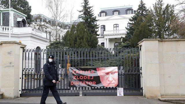 Посолството на Русия в Прага при протест заради взривовете във Върбетице, април 2021 г. Сн. АП