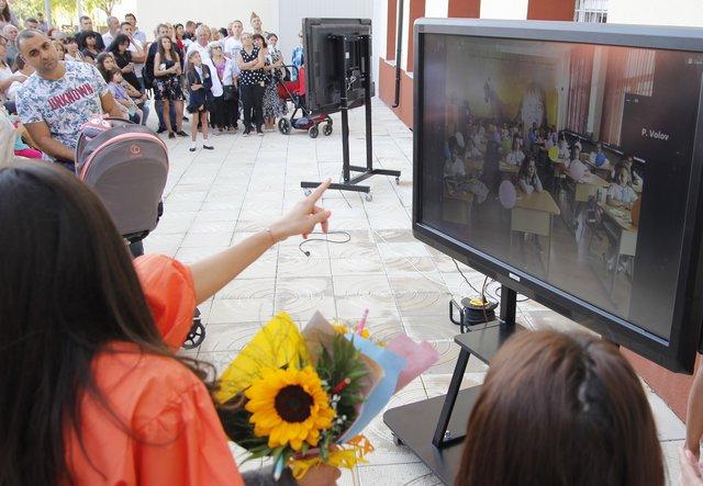 """В СУ """"П. Волов"""" родителите на първокласници гледаха децата си в клас на видеоекрани"""