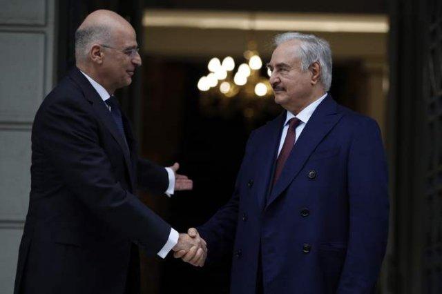 Гръцкият външен министър Никос Дендиас с командира на ЛНА Халифа Хафтар. Снимка АП/БТА