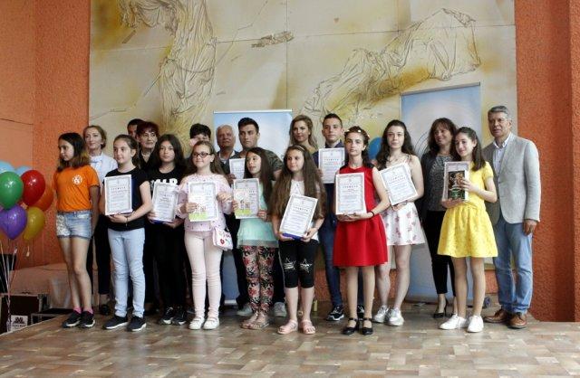 Част от най-добрите творци в тазгодишния конкурс, заедно с челновете на журито и официалните лица.
