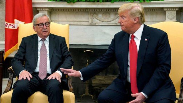 Председателят на ЕК Жан-Клод Юнкер и американският президент Доналд Тръмп по време на срещата им миналата година.© Reuters