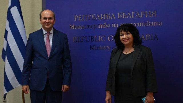 Константинос Хадзидакис и Теменужка Петкова при подписването на договорите. © Надежда Чипева, Капитал