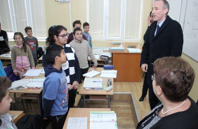 """Министър Вълчев влезе в часовете на първи и шести клас в смядовското СУ """"Св. св. Кирил и Методий"""""""