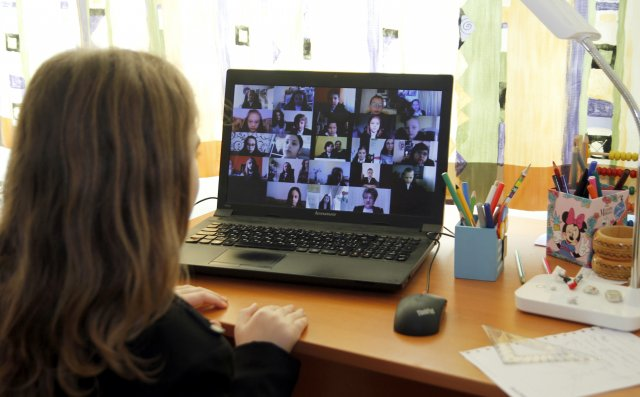 """Най-малките ученици на СУ """"Йоан Екзарх Български"""" проведоха дистанционно дори празника си """"Аз вече съм грамотен"""""""