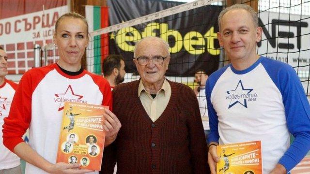 """Тодор Симов (в средата) е отличен с орден """"Стара планина"""" първа степен за заслуги към спорта."""