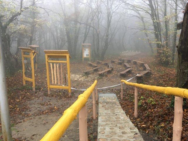 """Сн. ДПП """"Шуменско плато"""" """"Горското училище"""" се намира в естествена природна среда в  непосредствена близост до Летния информационен център на парка."""