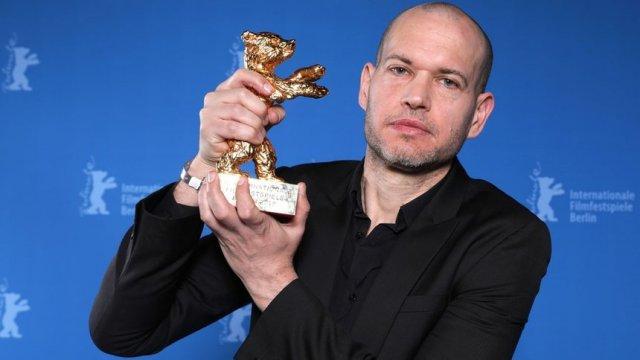 """Надав Лапид с наградата """"Златна мечка"""" за най-добър филм.    ©Reuters"""