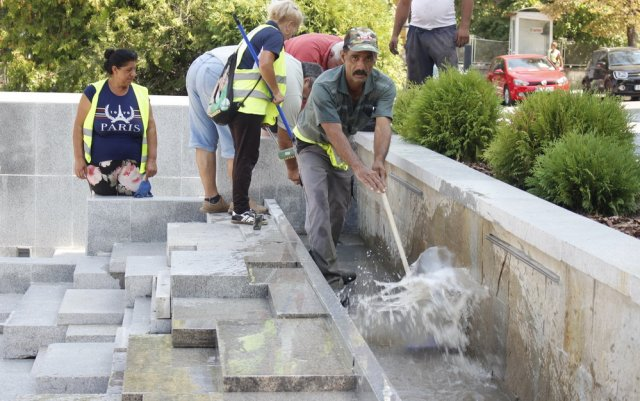 Работници почистиха шадравана с четки и водоструйка