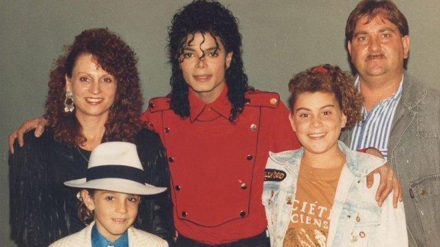 Майкъл Джексън и семейство Робсън през февруари 1990 г..