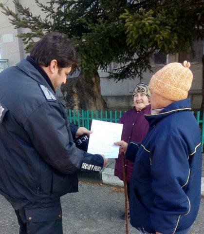 Полицай Красен Радев раздава листовки по време на отчета си пред обществеността в селата Преселка и Памукчии. Снимка: ОД на МВР