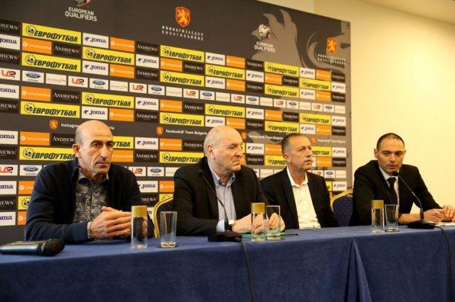 Михаил Касабов (вторият от ляво надясно) ще ръководи БФС до идването на нов президент. © LAP.BG