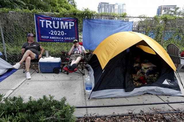 Ревностни привърженици на Тръмп са опънали палатки по улиците в очакване да го видят. Снимка АП / БТА