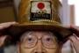 Носенето на златиста шапка е запазена марка за 92-годишния японец