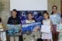 """Участниците в конкурса """"Как опазваме океана"""" получиха специални грамоти от Росица Добрева, директор на библиотеката."""